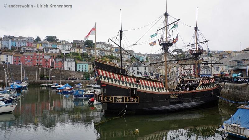 Am Schiff von Sir Francis Drake im Hafen von Brixham